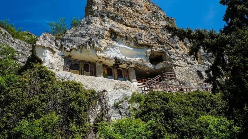 Скален манастир свети Димитър Бесарбовски