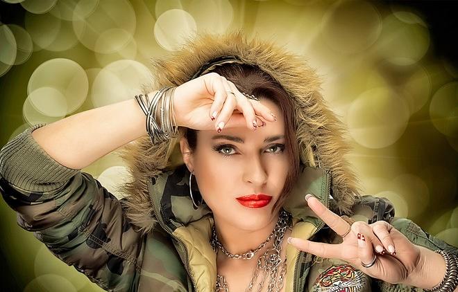 жена накичена с модни аксесоари