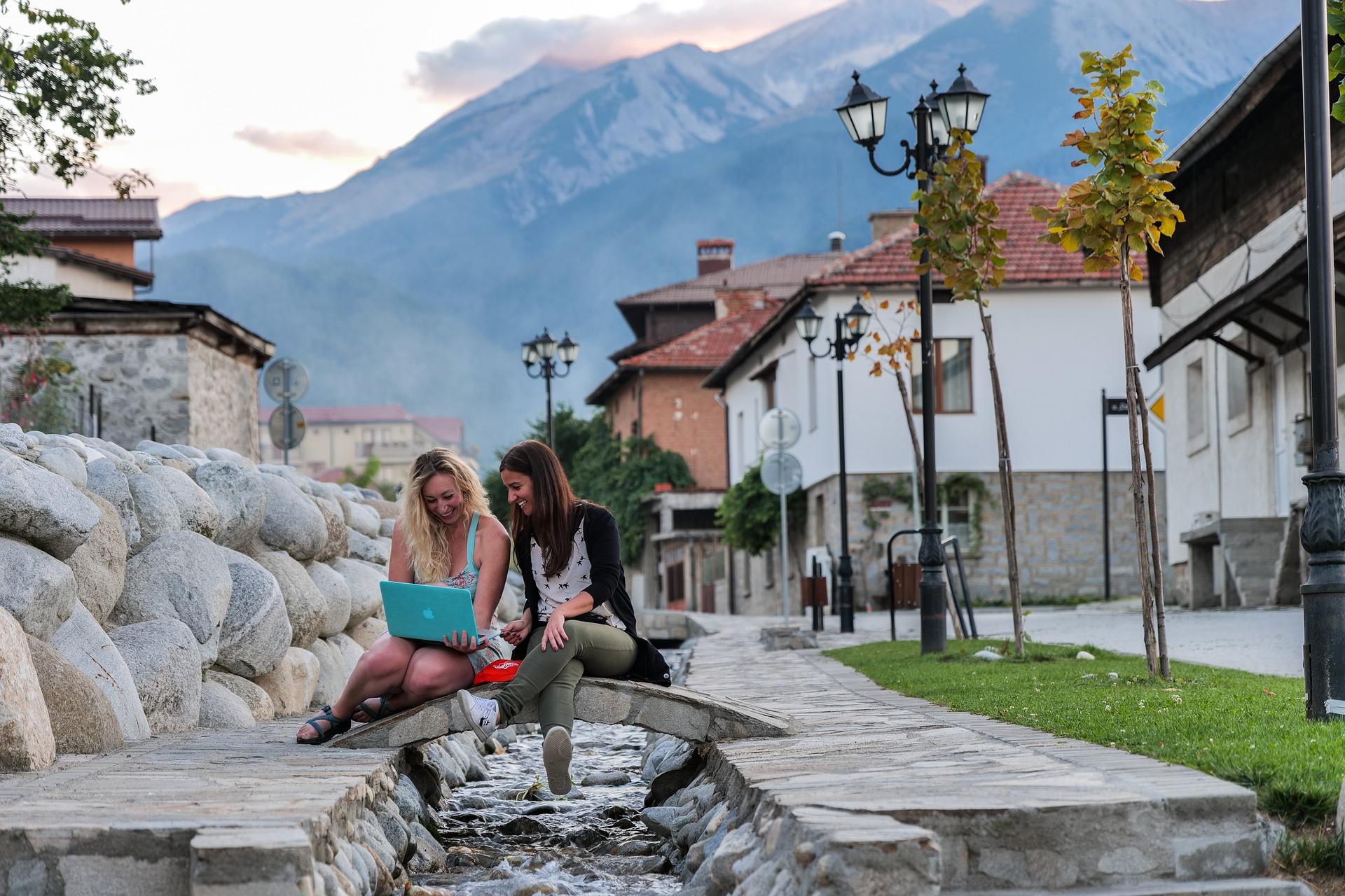 две жени в центъра на град Банско